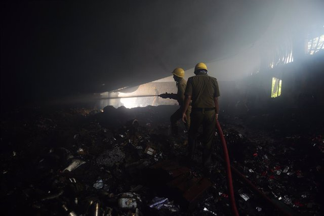 08 June 2019, India, Kolkata: FireFighters try to extinguish a fire that broke out at a warehouse for a wholesale market at Jagannth Ghat near Howrah Bridge. Photo: Sumit Sanyal/ZUMA Wire/dpa