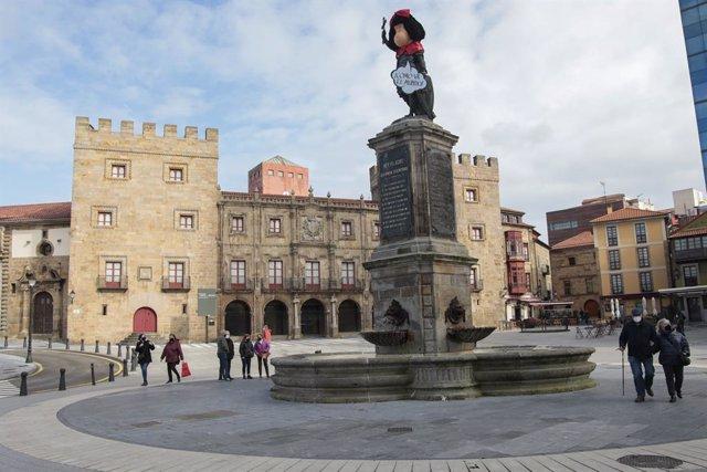 La estatua de Pelayo, disfrazada de Mafalda, como homenaje póstumo al hurmorista argentino Joaquín Salvador 'Quino'