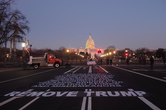 """FILED - 13 January 2021, US, Washington: Anti-Trump protesters put a big """"Remove Trump"""" banner on the street in front of the US Capitol. The House of Representatives is expected to vote to impeach the US President Donald Trump after Vice President Mike Pe"""