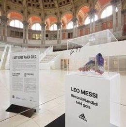Las botas del futbolista argentino Leo Messi con las que batió el récord mundial de goles marcados en un mismo club en la Sala Oval del MNAC