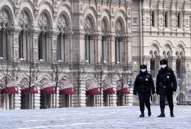 Policías patrullan en Rusia