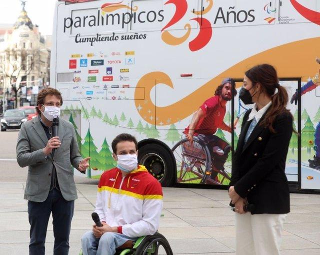 Un autobús vinilado conmemora los 25 años del Comité Paralímpico Español.