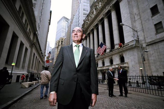 121715 Iberdrola Ceo Ignacio Galan, Along With His Fellow Board Members, Open The Nyse With Avangrid, Nyc.