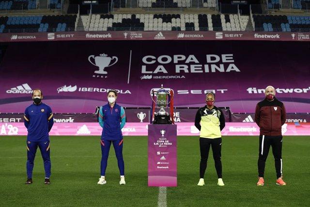 De izda a dcha: Lluís Cortés, Vicky Losada, Jade Boho y Javier Moncayo posan junto al trofeo de la Copa de la Reina
