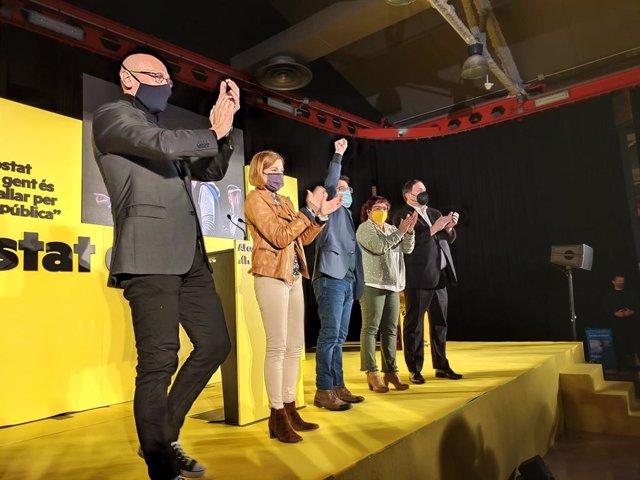 L'exconseller Raül Romeva, l'expresidenta del Parlament Carme Forcadell, el candidat d'ERC, Pere Aragonès, l'exconsellera Dolors Bassa i el líder del partit, Oriol Junqueras, en el míting final de campanya d'ERC en les Cotxeras de Sants de Barcelona.