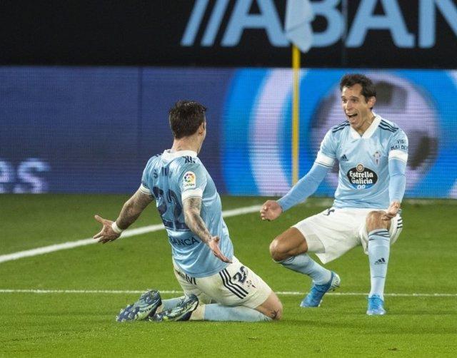 Solari y Mina celebran el tercer gol del Celta ante el Elche