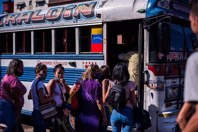 Varias personas suben a un autobús en la ciudad venezolana de Valencia.