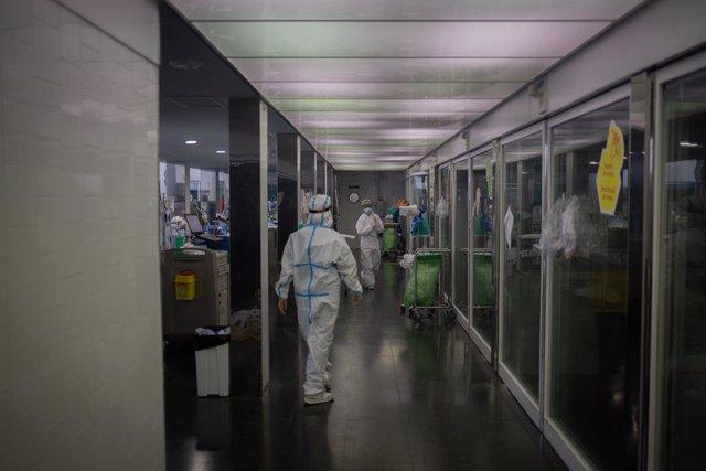 Sanitaris protegits a l'UCI del Hospital del Mar, a Barcelona, Catalunya, el 19 de novembre del 2020.