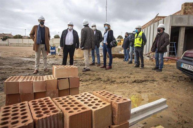 El alcalde visita las obras del campo de fútbol de Pérez Cubillas.