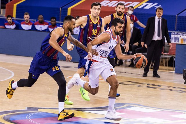 Krunoslav Simon of Anadolus Efes Istambul drives to the basket against the Adam Hanga of Fc Barcelona during the Turkish Airlines EuroLeague match between Fc Barcelona and Anadolus Efes Istambul at Palau Blaugrana on February 04, 2021 in Barcelona, Spain.