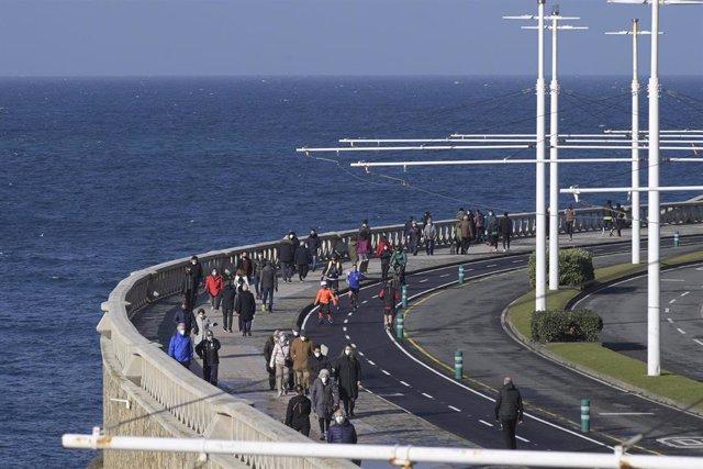Varias personas caminan por un paseo marítimo en A Coruña