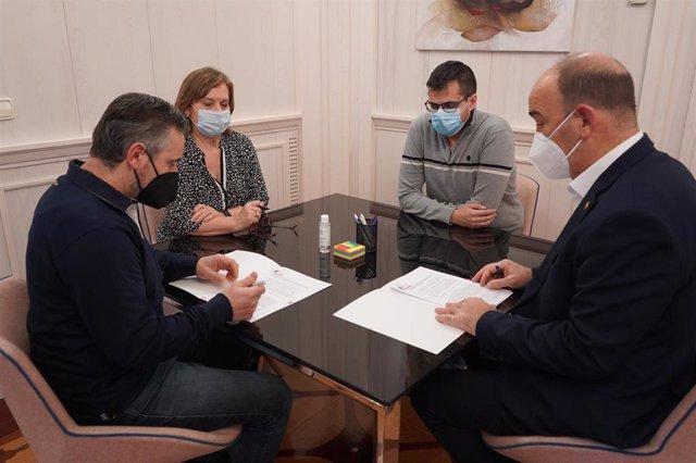 Firma del convenio con el Ayuntamiento de Cantimpalos para la celebración de su Cross Nacional.