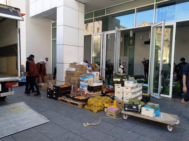 Alguns aliments recaptats per Actua Ajuda Alimenta en el múseo Macba de Barcelona.