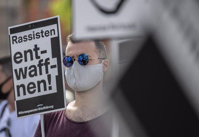 """""""Desarmeu els racistes"""" en una concentració per les víctimes de l'atemptat de Hanau"""