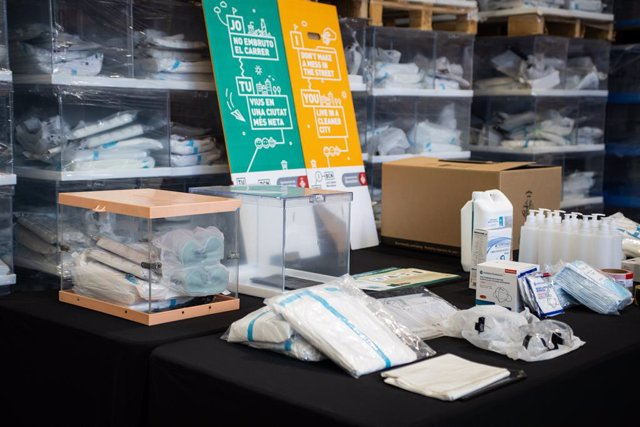 Urnes, gel hidroalcohòlic, mascaretes FPP-2, cinta aïllant i guants en un magatzem de l'Ajuntament de Barcelona per a la jornada electoral