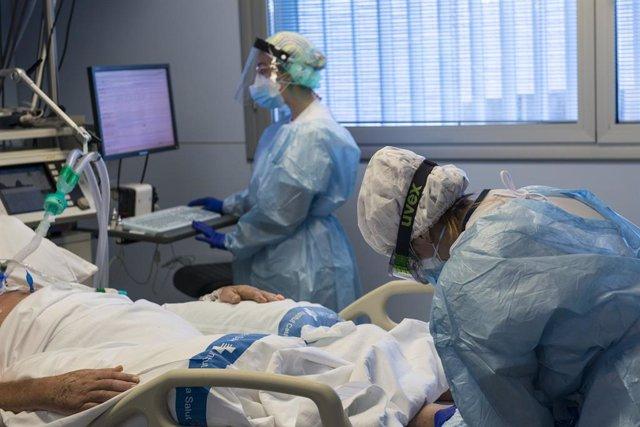 Personal sanitari atenent un pacient ingressat a la Unitat de Vigilància intensiva (UCI) per a malalts de coronavirus de l'Hospital Universitari Dr. Josep Trueta de Girona.