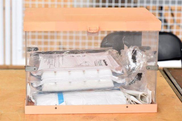 Una urna amb diverses pantalles protectores en el seu interior, en el dispositiu electoral per als comicis catalans d'aquest diumenge.