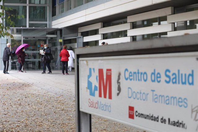 Pacientes esperan en la puerta del Centro de Salud Doctor Tamames, en la zona básica de salud de Doctor Mamames, en Coslada, Madrid (España), a 3 de noviembre de 2020.
