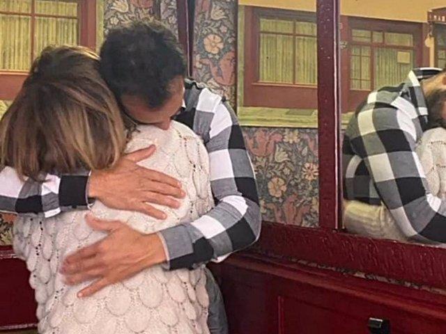 MARÍA PATIÑO Y SU MARIDO SE FUNDEN EN UN ABRAZO