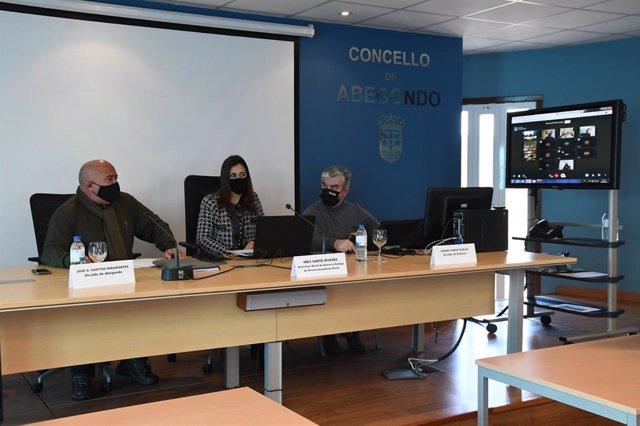 La directora de la Axencia Galega de Desenvolvemento Rural (Agader), Inés Santé, en una reunión con los responsables de los GDR de A Coruña.