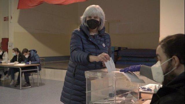 La candidata de la CUP a les eleccions catalanes, Dolors Sabater, vota a Badalona (Barcelona)