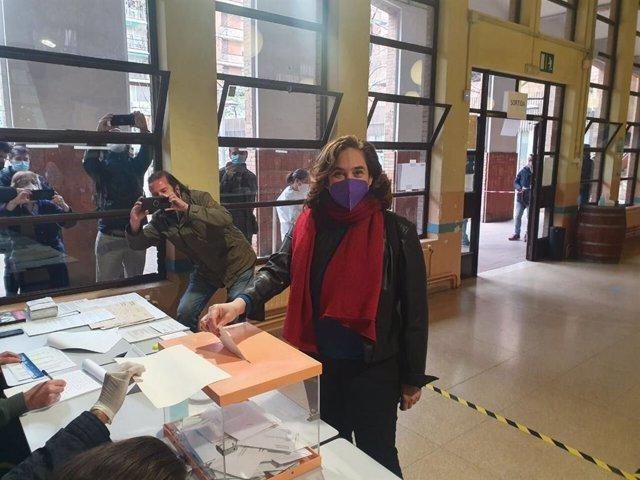 La alcaldesa de Barcelona, Ada Colau, en su colegio electoral en Barcelona para votar en las elecciones al Parlament de Catalunya de este domingo 14 de febrero