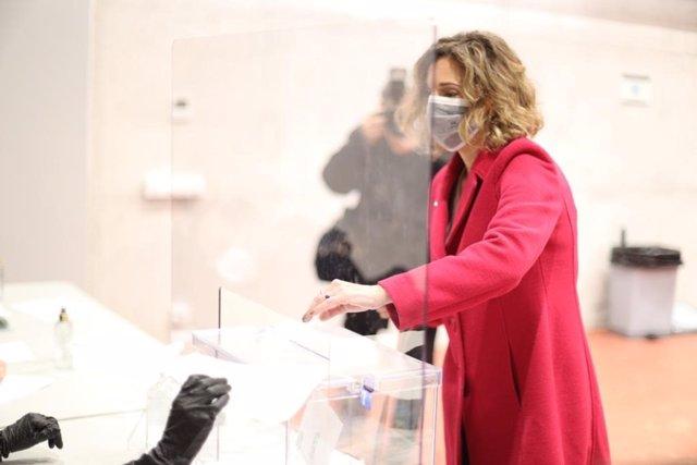 La candidata del PDeCAT, Àngels Chacón, votant durant la jornada del 14F.