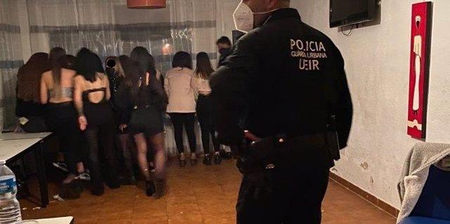 La Policia Local de Reus (Tarragona) identifica i deté 33 persones per participar en una festa il·legal en una masia.