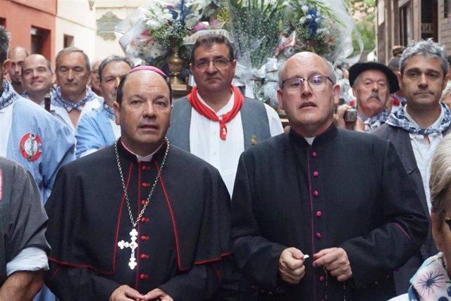 El obispo de Vitoria, Juan Carlos Elizalde (izq)