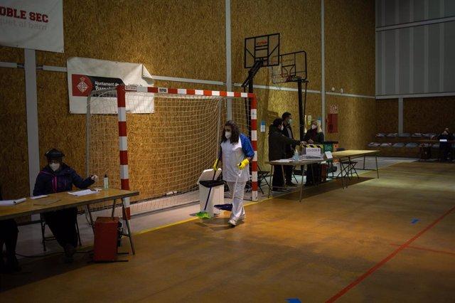 Desinfecció al poliesportiu Tres Xemeneies de Barcelona