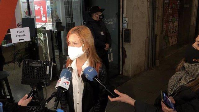La candidata de los comuns a la Generalitat, Jéssica Albiach, atiende a los periodistas a su llegada a la sede del partido en Barcelona el 14F.