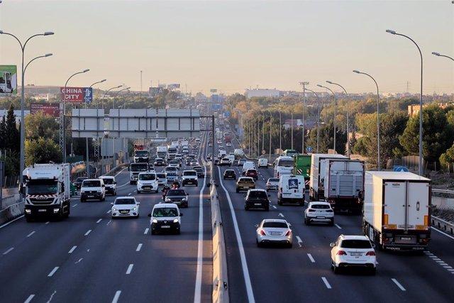 Tráfico en la autovía A-4 con la M-50 a primera hora de la mañana, en Madrid (España).