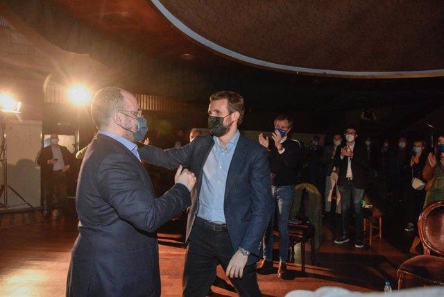 (I-D) El candidato del Partido Popular a la Presidencia de la Generalitat de Cataluña, Alejandro Fernández, y el presidente del Partido Popular, Pablo Casado, durante el acto del cierre de campaña  del PPC para las elecciones del 14-F.