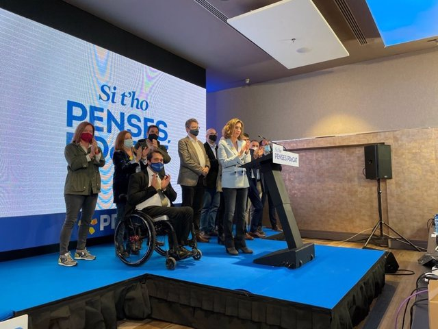 La candidata del PDeCAT, Àngels Chacón, compareix al costat del president del partit, David Bonvehí, i el portaveu al Congrés per valorar els resultats del 14-F.
