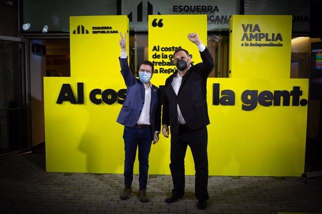 El candidat d'ERC a la presidència de la Generalitat de Catalunya i vicepresident en funcions, Pere Aragonès (e); al costat del líder d'ERC i exvicepresident del Govern, Oriol Junqueras, saluden a la seu del partit.