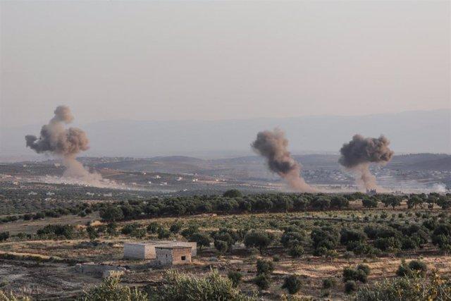 Imagen de archivo de varias columnas de humo tras un ataque contra Siria.