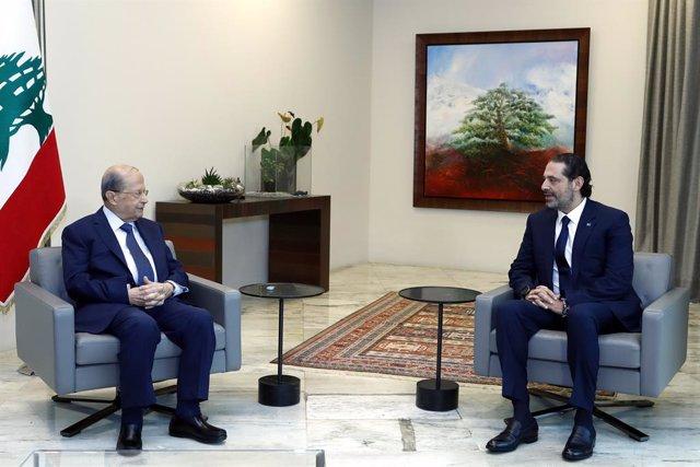 El presidente de Líbano, Michel Aoun (i), en una reunión con el primer ministro encargado, Saad Hariri (d)