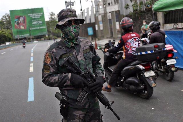 Un militar filipino en las calles de Manila
