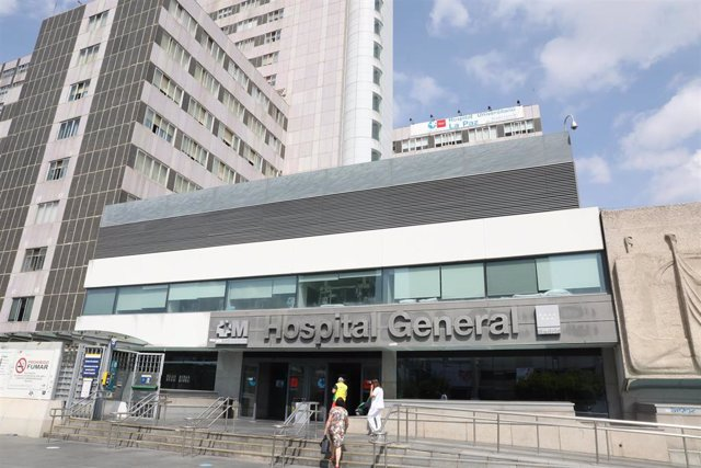 Ambiente en las inmediaciones de la puerta del Hospital de La Paz, en Madrid (España), a 15 de septiembre de 2020. La Comunidad de Madrid comienza desde hoy la vacunación de los 150 participantes madrileños voluntarios en el ensayo clínico en fase 2 de la