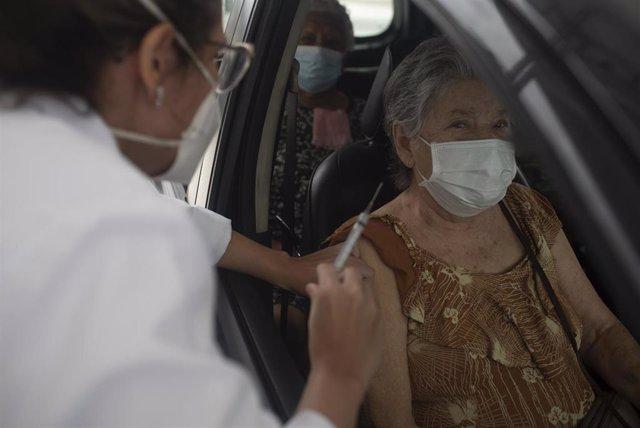 Una mujer recibe la primera dosis de la vacuna en Río de Janeiro, Brasil.