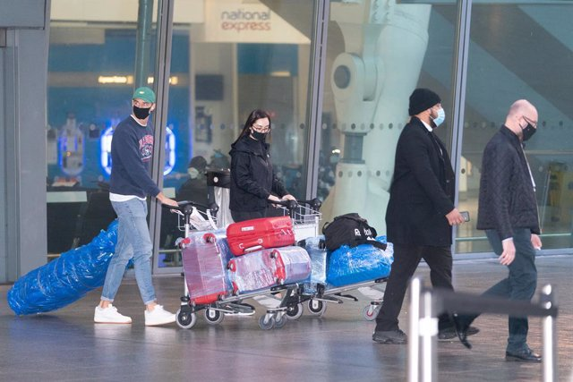 """15 February 2021, United Kingdom, London: Passengers arrive at London Heathrow's Terminal 5 on the first flight to the airport from one of 33 """"red list"""" countries. British nationals or residents returning to the UK from the 33 countries on the Corona 'red"""