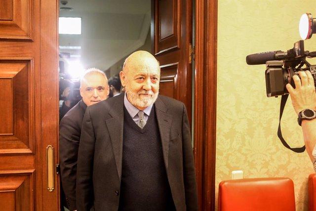 El presidente del Centro de Investigaciones Sociológicas (CIS) , José Félix Tezanos, llega a una comparecencia en el Congreso. Detras, el secretario generl del Grupo Socialista, Rafael Simancas
