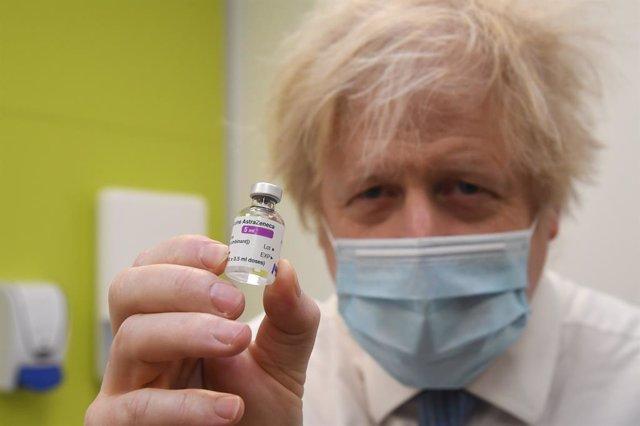 El primer ministro, Boris Johnson, con un vial de AstraZeneca en la mano.
