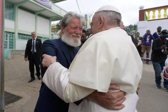 El padre Opeka junto al Papa Francisco, durante la visita del Pontífice a Madagascar en 2019