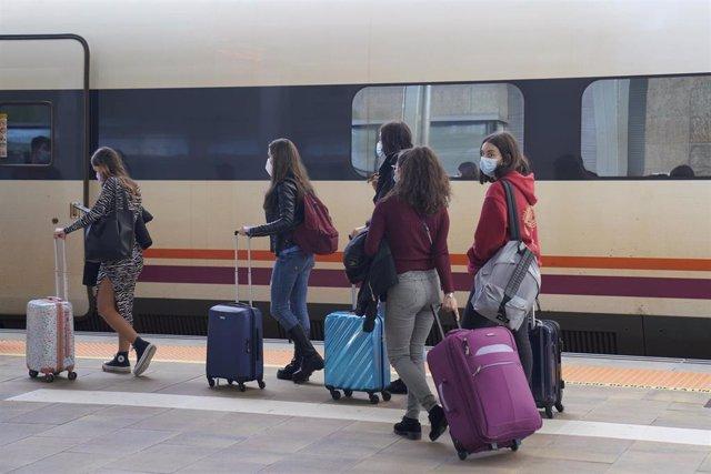 Varios estudiantes se dirigen a la estación de tren para regresar a su casa durante el fin de semana, en Santiago de Compostela, Galicia (España), a 30 de octubre de 2020. La marcha se produce a pesar de que la Xunta de Galicia haya pedido a los estudiant