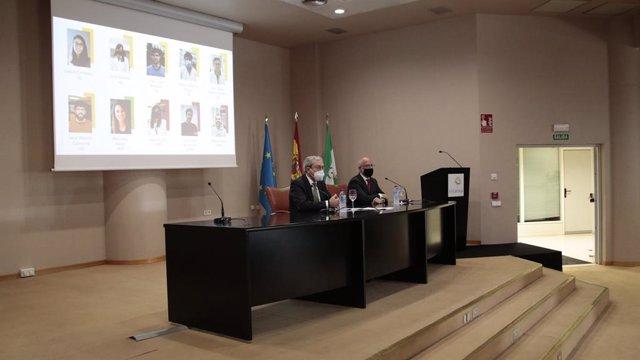 El consejero de Transformación Económica, Rogelio Velasco, en un encuentro en Sevilla con algunos investigadores andaluces