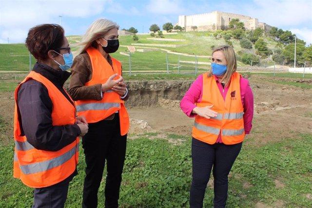La consejera de Cultura, Patricia del Pozo, visita junto a la alcaldesa de Fuengirola, Ana Mula, las excavaciones de la Ciudad Romana de Suel, en la ladera del Castillo Sohail