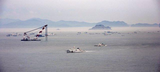 Imagen aérea de los trabajos de reflote del ferry hundido en Corea del Sur en 2014.