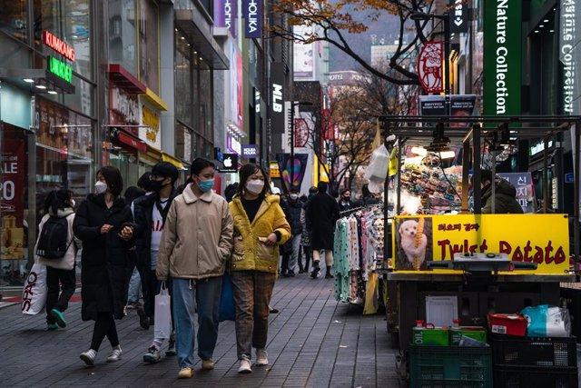 Imagen de archivo de una calle de Seúl durante la pandemia.