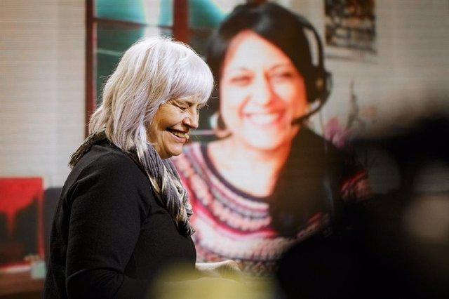 La candidata de la CUP a la presidència de la Generalitat, Dolors Sabater, al costat de l'exdiputada de la CUP al Parlament, Anna Gabriel.